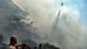 Un hélicoptère lutte contre les flammes, le 17 juillet à Athènes. (Illustration)