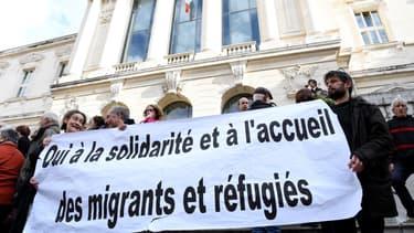 Des personnes rassemblées en soutien à Pierre-Alain Mannoni et Cédric Herrou, lors des premiers jours du procès en novembre 2016, à Nice.