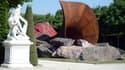 "La sculpture d'Anish Kapoor ""Dirty corner"" à Versailles."