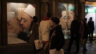 Une affiche de la dernière campagne-choc de Benetton montrant le pape embrassant sur la bouche l'imam de la mosquée égyptienne Al-Azhar, retirée face à la pression du Vatican, a provoqué un certain émoi dans la communauté catholique française. /Photo pris