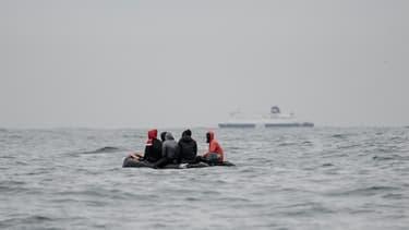 Des migrants tentent la traversée de la Manche le 27 août 2020