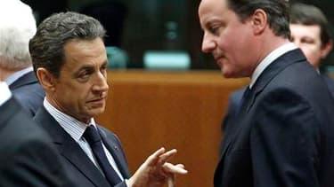 Nicolas Sarkozy et le Premier ministre britannique David Cameron à Bruxelles. Le Royaume-Uni et la France envisagent des frappes ciblées en Libye pour empêcher Mouammar Kadhafi d'utiliser des armes chimiques ou son aviation contre ses opposants. /Photo pr