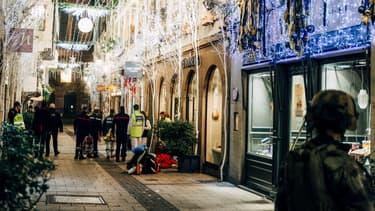 Des secours présents dans la rue des Orfèvres à Strasbourg après l'attaque, le 11 décembre 2018.