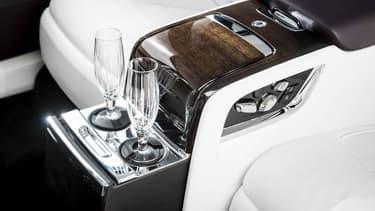Le bar intégré dans l'accoudoir central arrière de la nouvelle limousine Phantom.