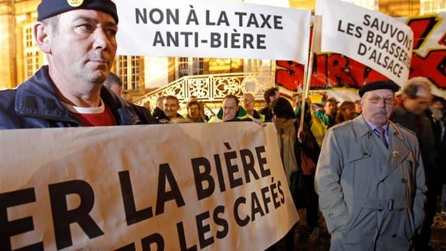 Près de 200 salariés des brasseries alsaciennes ont manifesté lundi à Strasbourg contre la hausse des droits d'accise de la bière prévue dans le projet de loi de financement de la Sécurité sociale pour 2013. /Photo prise le 12 novembre 2012/REUTERS/Vincen