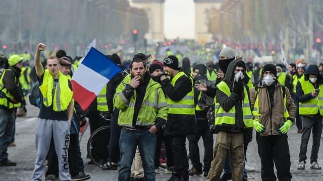 Les gilets jaunes réunis sur les Champs-Elysées le 24 novembre.