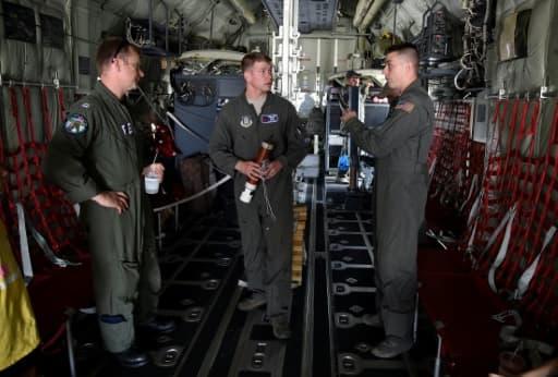 Dusty Lee, Garrett Black et Tom Barnaby dans un avion de reconnaisance Hurricane Hunter WC-130 à Miami le 12 mai 2017