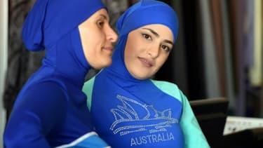 Deux femmes présentent deux modèles de burkini à Sydney en Australie