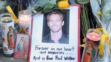 Un mémorial a été improvisé sur les lieux de l'accident qui a coûté la vie à l'acteur Paul Walker samedi.