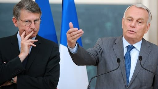 Vincent Peillon (à gauche) et Jean-Marc Ayrault lancent le Conseil national éducation économie, ce vendredi 18 octobre.