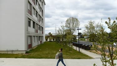 Une bénévole apporte des produits alimentaires pour des étudiants confinés le 1er avril 2020 dans une résidence universitaire de Bordeaux (photo d'illustration)