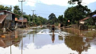 Une rue dévastée de Sanamxai, le 26 juillet 2018, après la rupture du barrage, au Laos