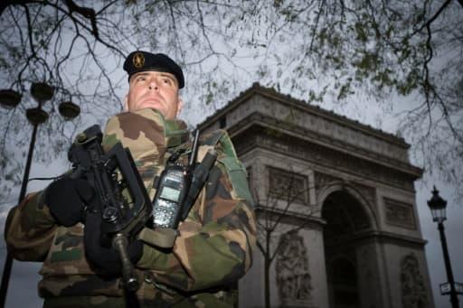 Un soldat devant l'Arc de Triomphe dans le cadre du plan vigipirate le 16 novembre 2015 à Paris