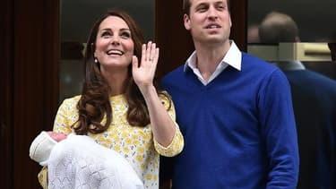 William et Kate présentent leur nouveau né le 2 mai 2015 devant la maternité de l'hôpital Saint Mary à Londres