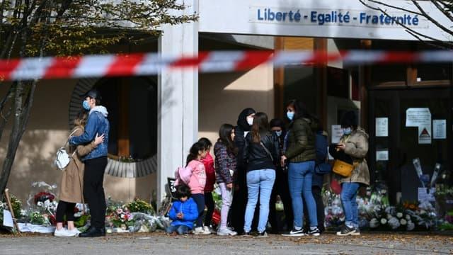 Hommage au professeur assassiné Samuel Paty devant le collège où il enseignait à Conflans-Sainte-Honorine le 19 octobre 2020