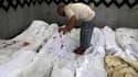 Dans la morgue d'un hôpital de Nasr city, dans l'est du Caire. Soixante-cinq personnes ont été tuées samedi à l'aube dans les violences au Caire, et neuf autres ont péri dans des affrontements à Alexandrie dans la nuit de vendredi à samedi, selon un bilan