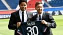 Nasser Al-Khelaïfi (à gauche) et Lionel Messi sur la pelouse du Parc des Princes