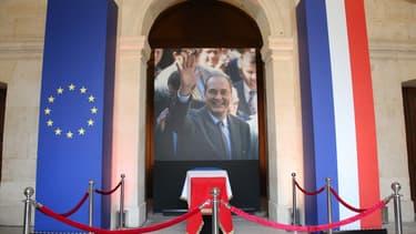 Une cérémonie familiale et des honneurs militaires sont rendus en hommage à Jacques Chirac aux Invalides ce lundi matin.