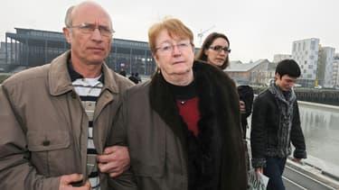 Nantes : Gilles (à gauche) et Michèle (au centre) Patron, parents d'accueil de Laetitia Perrais, quittent le Palais de Justice de Nantes, le 7 février 2011, accompagnés de la soeur jumelle de la victime, Jessica (à droite).