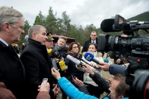 Le PDG de Luftansa, Carsten Spohr (2è à g), parle à la presse à la commémoration du crash de Germanwings à Vernet, dans les Alpes-de-Haute-Provence, le 24 mars 2017