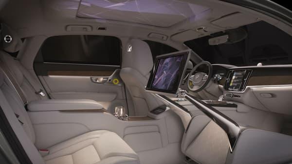 Des images détente projetées sur le pavillon de toit, un grand écran, l'habitacle de la S90 Ambience concept offre une bulle de confort au passager arrière.
