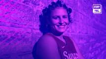 Tiana Mangakahia prend la pose sous le maillot de son université de Syracuse