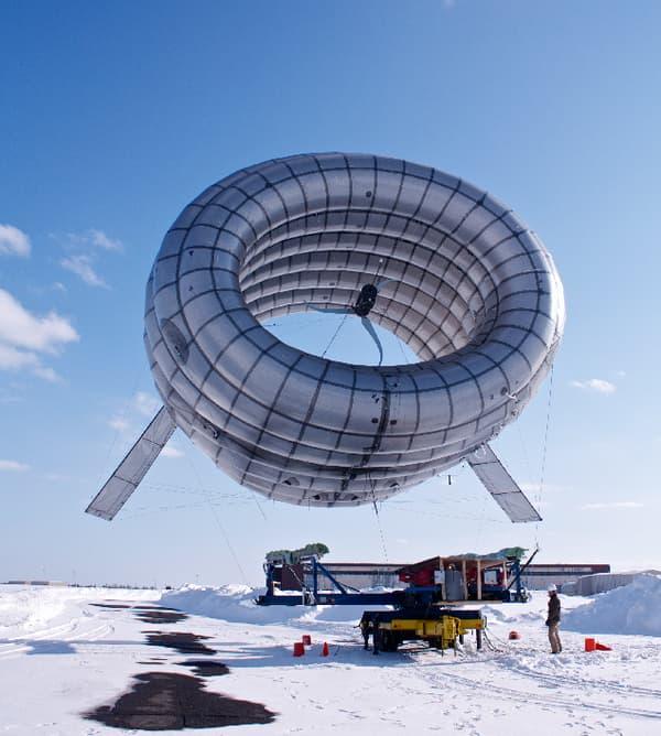 Les câbles métalliques qui retiennent l'éolienne sont bien plus fins que les traditionnels pylônes.