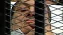 Le président égyptien déchu Hosni Moubarak, alité sur une civière, a rejeté mercredi les accusations d'homicides portées contre lui par le procureur au premier jour de son procès au Caire. /Image TV du 3 août 2011/REUTERS TV/Egypt TV
