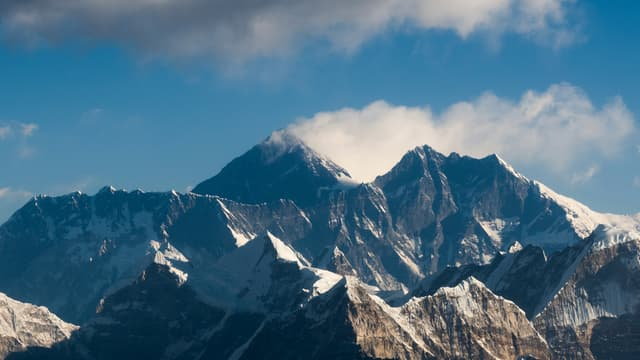Une vue aérienne de l'Everest, le 7 février 2020.