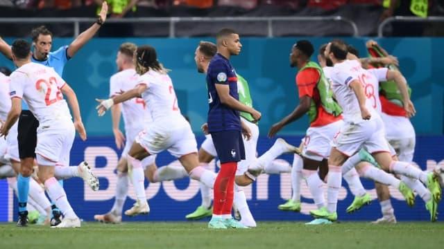 Les joueurs suisses exultent derrière Kylian Mbappé après son tir au but raté en 8e de finale de l'Euro, le 28 juin 2021 à Bucarest