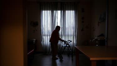 Une personne âgée dans une maison de retraite à Albuzzano, dans le Nord de l'Italie, le 3 novembre 2020