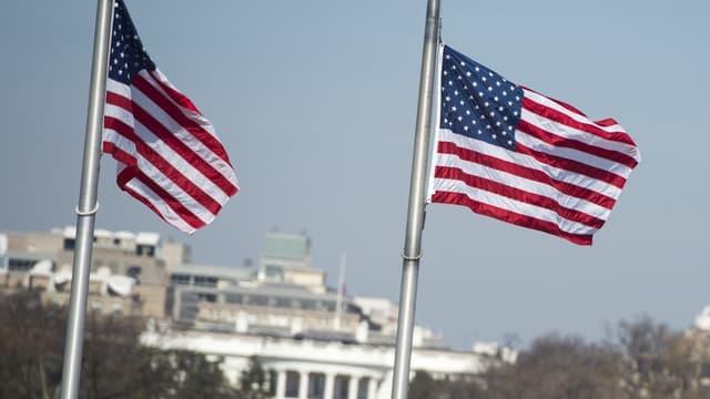 Des drapeaux américains en berne, devant la Maison Blanche (image d'illustration)