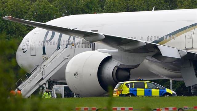 """Des chasseurs britanniques ont escorté vendredi un avion de ligne pakistanais jusqu'à son atterrissage sur l'aéroport londonien de Stansted, où deux hommes soupçonnés d'avoir """"mis en danger"""" l'appareil ont été arrêtés. Selon une source proche des services"""