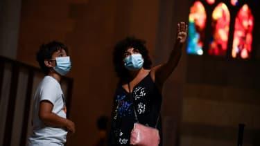 Visiteurs masqués dans la basilique de la Sagrada familia à Barcelone, le 4 juillet 2020