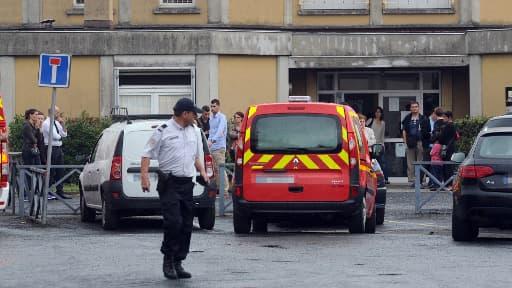 Les pompiers et la police, ainsi que des parents inquiets se sont rendus devant l'école Edouard Herriot, à Albi, où une institutrice a été poignardée.