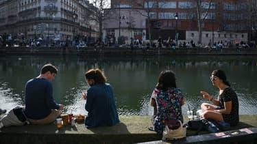 Des Parisiens sur les quais du canal Saint-Martin, dimanche 21 février 2021.