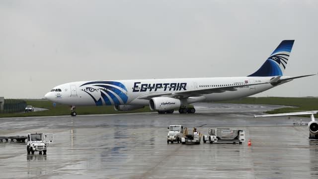 Un avion de la compagnie Egyptair sur le tarmac de l'aéroport Roissy-Charles de Gaulle, le 19 mai 2016.