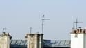 Des antennes mobiles sur un toit.