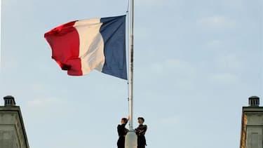 Sur le toit de l'Elysée. Les députés français ont adopté un amendement abrogeant le délit d'offense au chef de l'Etat deux mois après la condamnation de la France par la Cour européenne des droits de l'Homme (CEDH) pour violation de la liberté d'expressio