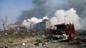 Un camion de pompiers endommagé sur le site des explosions à Tianjin le 13 août 2015