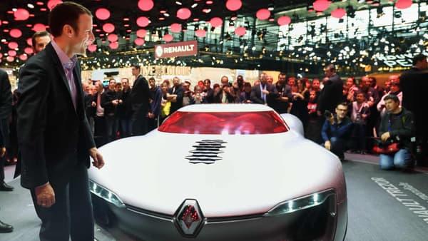 Emmanuel Macron au Mondial de l'Automobile, sur le stand Renault, devant le concept TreZor.