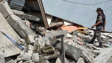 Un officier indonésien dans un village détruit par le séisme du 29 juillet dernier.