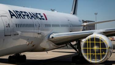 Un avion de la compagnie Air France, le 24 mars 2020, sur le tarmac de l'aéroport Roissy-Charles de Gaulle, près de Paris