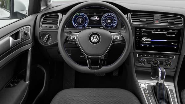 Côté équipements, la e-Golf récupère notamment l'assistant à la conduite dans les embouteillages. Dans l'habitacle, on peut cependant regretter l'absence de marqueurs plus visibles de cette identité électrique.