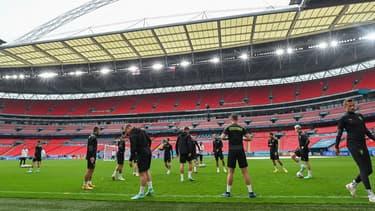 Les joueurs de la République Tchèque s'échauffant sur la pelouse du stade de Wembley