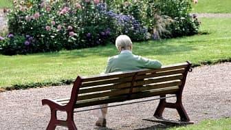 Une personne âgée sur un banc
