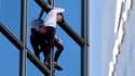 Alain Robert, jeudi, en pleine ascension de la tour Total.