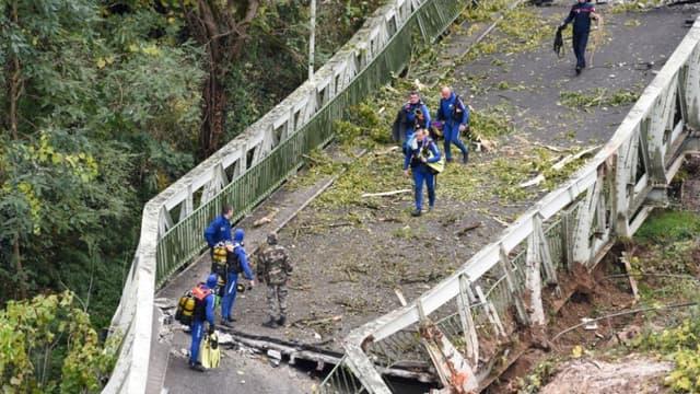 Des sauveteurs sur le pont suspendu qui s'est effondré à Mirepoix-sur-Tarn, près de Toulouse, le 18 novembre 2018 - Eric Cabanis / AFP