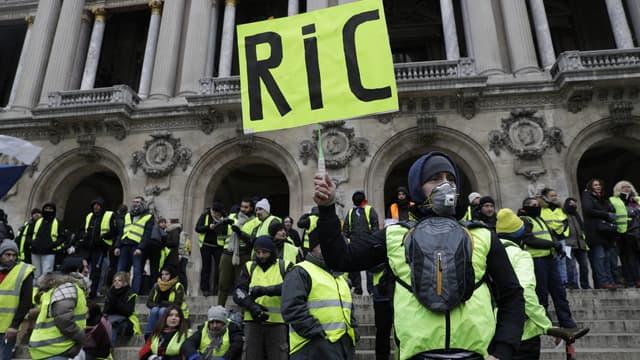 Des gilets jaunes manifestent à Paris le 15 décembre 2018.