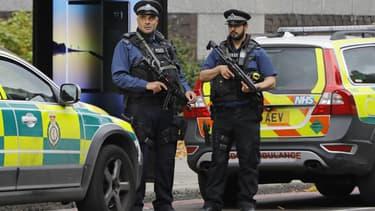 Des policiers armés surveillent le périmètre où s'est produit l'accident de la route, samedi 7 octobre 2017, à Londres